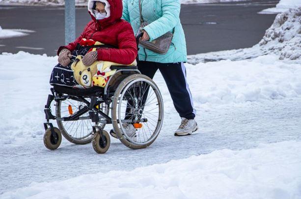 Jak usprawnić w domu opiekę nad osobą niepełnosprawną ruchowo?